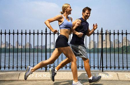 Con gái có nên chạy bộ buổi tối ngoài công viên không?